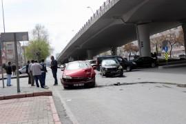 Kavşakta çarpışan otomobillerde maddi hasar meydana geldi