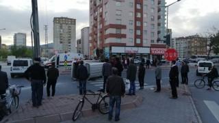 Vatandaşlar yan yatan kamyonetin içinde yaralı aradı
