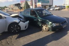 Kaza yapan araçtan çıkan çocuklar gözyaşlarına boğuldu